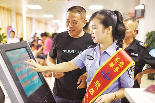 随着暑假的来临,出入境证件办理迎来新一轮的办证高峰。为平稳度过高峰期,青田 县公安局出入境管理大队积极采取多种措施,迎战办证高峰。